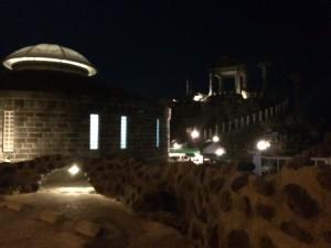 暗くて見づらいですが、24時間無料で入れる神殿のような露天風呂も!
